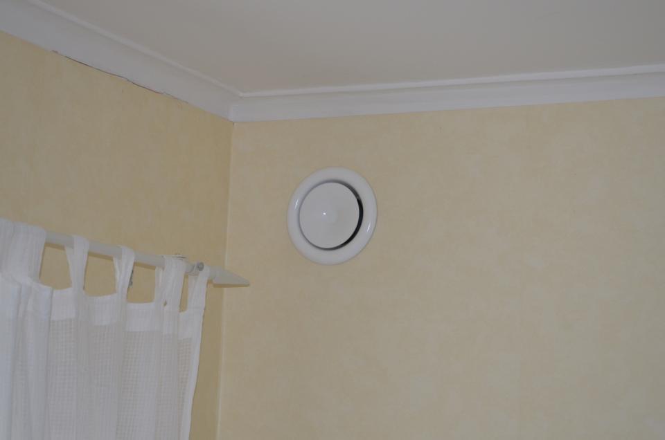 Bild 10, För att få in frisk uteluft till bostaden kan väggventiler installeras vid självdragsventilation. Vid FTX-ventilation är uteluften förvärmd och ventilerna kan monteras både i tak och väggar.