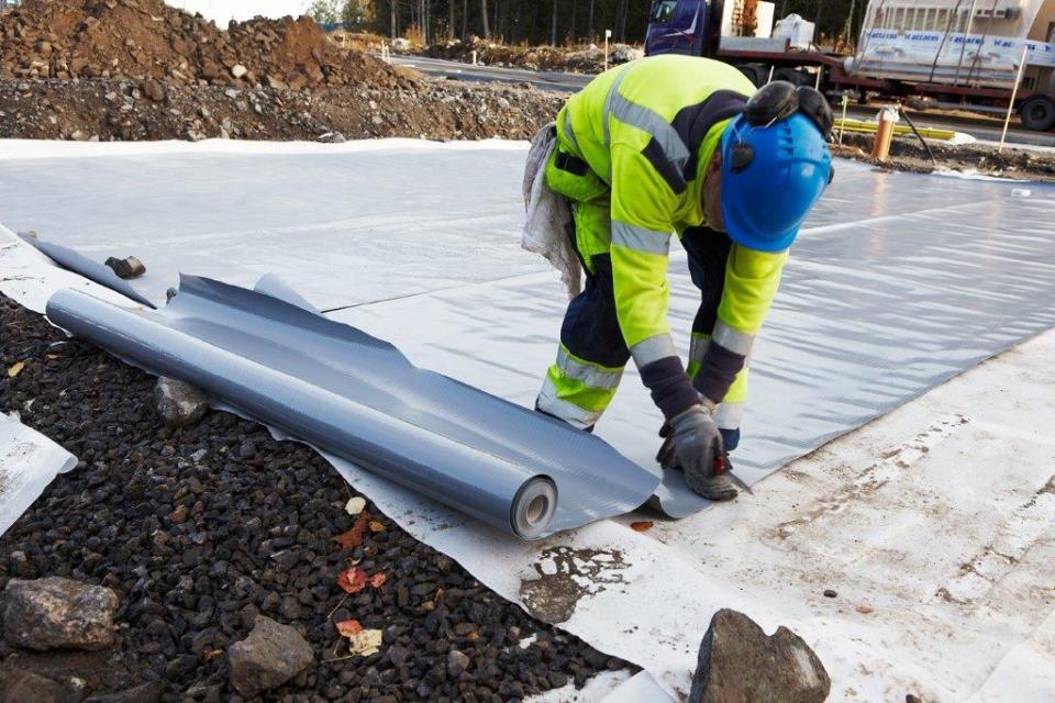 Bild 11, Utläggning av radontätt membran vid nybyggnation av bostadshus ger ett effektivt skydd mot markradon.
