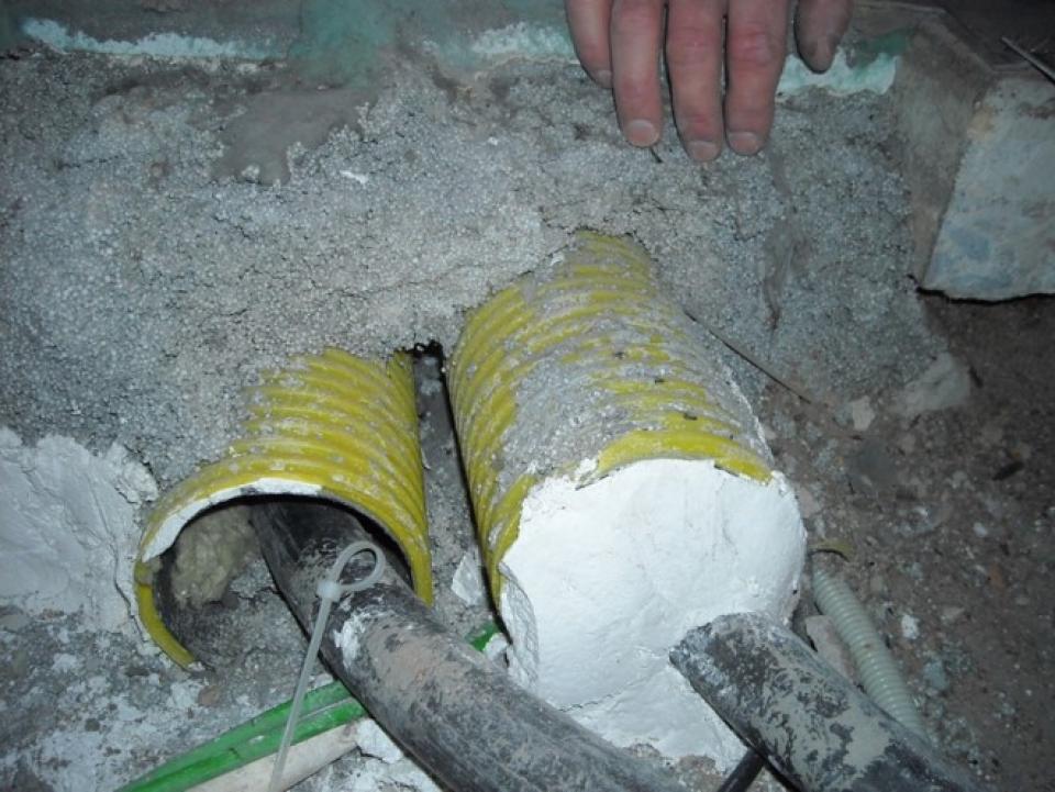 Bild 12,  Vid nybyggnation förekommer det att radon från marken kan komma in bostäderna via skyddsrör för ledningar. Lätt att åtgärda med tätning av mynningen till skyddsröret.