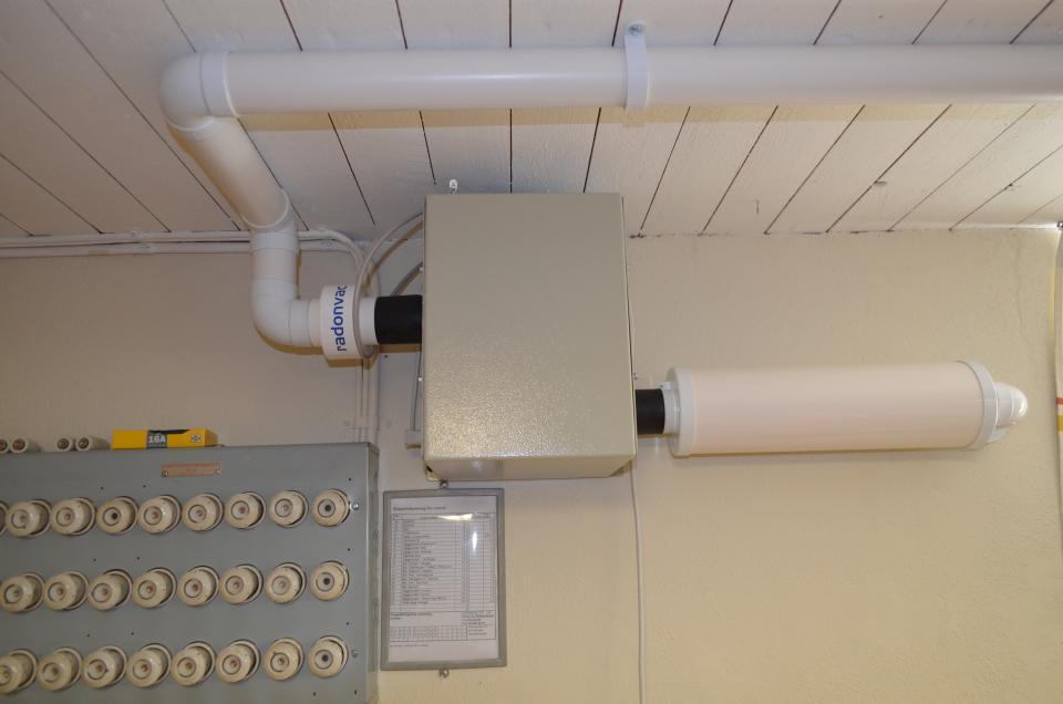 Bild 7, Radonsugar finns av många olika modeller. Kanalfläktar används tillsammans med spirokanaler i plåt, och speciellt utvecklade radonsugar används med smalare rör av plast.